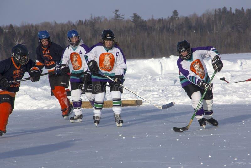 Lag för kvinna` s konkurrerar i en dammhockeyfestival i Rangeley royaltyfri fotografi