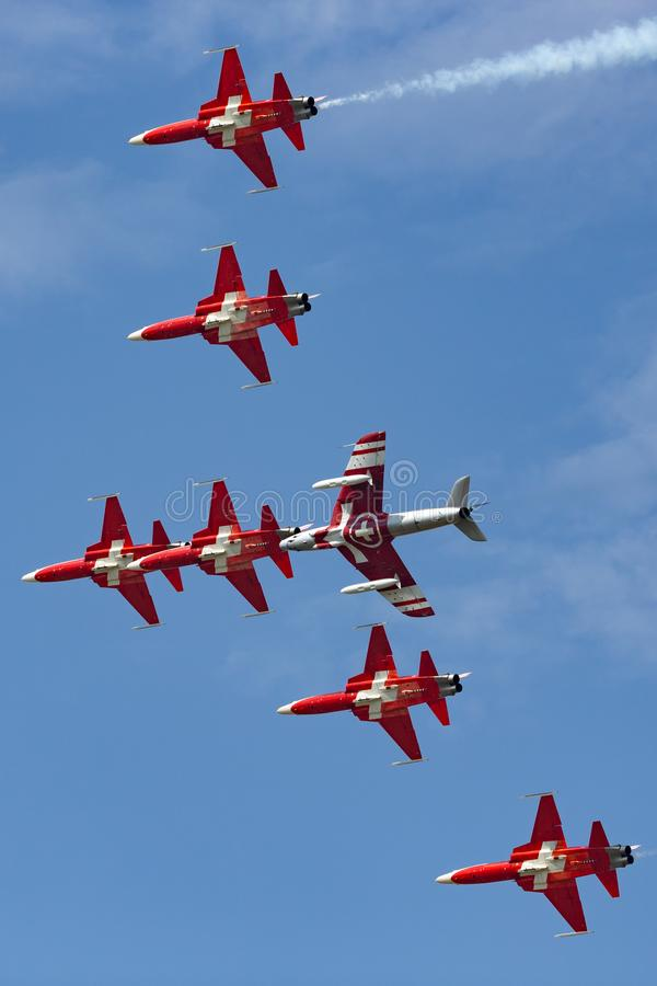 Lag för Patrouille Suisse bildandeskärm av det Swiss Air styrkaflyget i bildande med ett gatuförsäljareHunter flygplan som var en royaltyfri fotografi