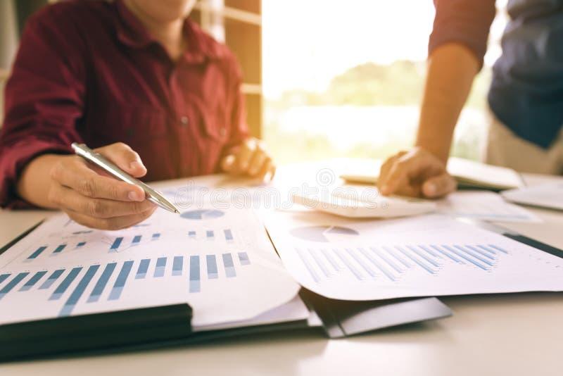 Lag för två affärsman att beräkna om annu för summarisk rapport för finans royaltyfri bild
