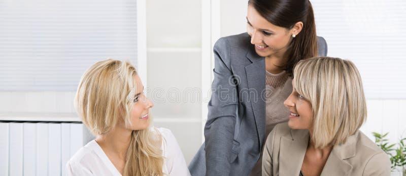 Lag: Lyckat affärslag av kvinnan i kontoret som talar till arkivbilder