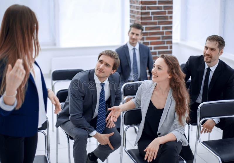 Lag på kontorsmötet, vänlig ledare som diskuterar goda nyheter arkivbilder