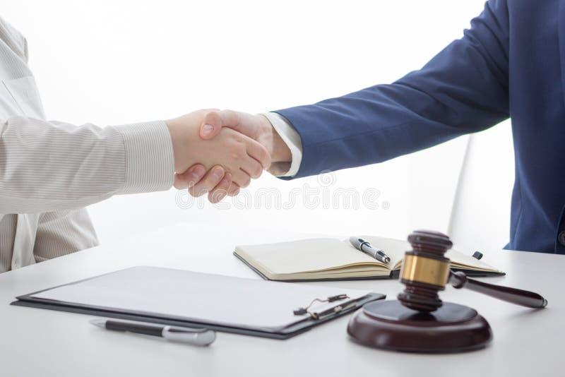 Lag, rådgivning och begrepp för laglig service Advokat och advokat som har lagmöte på advokatbyrån royaltyfria foton