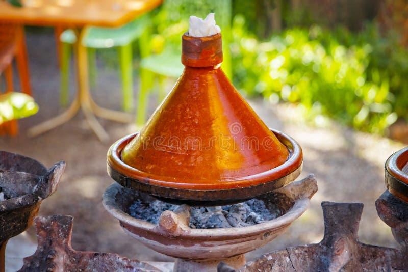 Laga mat av traditionell marockansk tajindisk Denna är kött och några vegatebles eller frukter Denna typiska mat lagas mat i afri royaltyfri foto