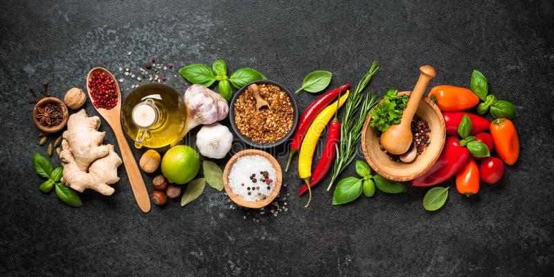 Laga mat bakgrund med ingredienser arkivfoto