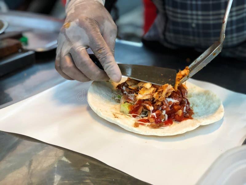 Laga mat den fega Doner kebaben, traditionell mat, gatan och snabbmat fotografering för bildbyråer