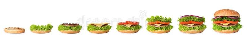 Laga mat den läckra hamburgaren på vit Steg-för-steg recept arkivbild