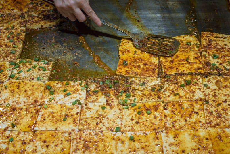 Laga mat den stekte under omrörning tofuen med kryddig sås arkivfoton