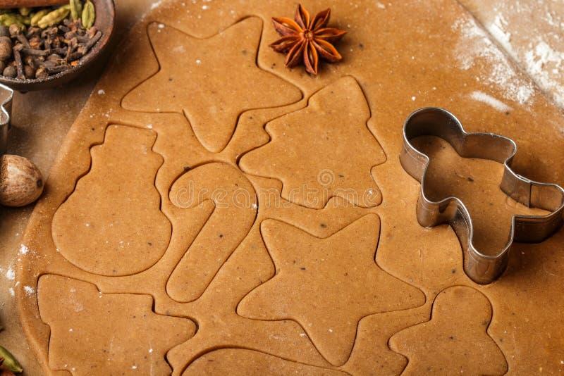 Laga mat den traditionella kex och pepparkakan Jul nytt år Deg och att klippa kakorna och kryddorna på tabellen fotografering för bildbyråer