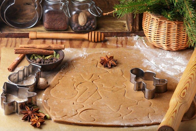 Laga mat den traditionella kex och pepparkakan Jul nytt år Deg och att klippa kakorna och kryddorna på tabellen arkivbilder