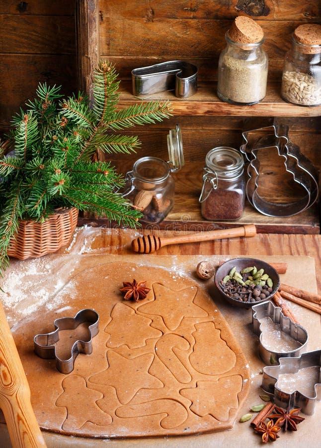 Laga mat den traditionella kex och pepparkakan Jul nytt år Deg och att klippa kakorna och kryddorna på tabellen arkivfoton