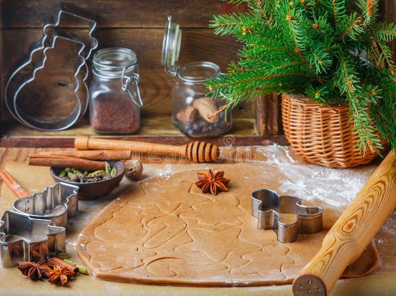 Laga mat den traditionella kex och pepparkakan Jul nytt år Deg och att klippa kakorna och kryddorna på tabellen royaltyfri fotografi