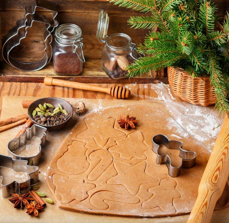 Laga mat den traditionella kex och pepparkakan Jul nytt år Deg och att klippa kakorna och kryddorna på tabellen royaltyfri bild