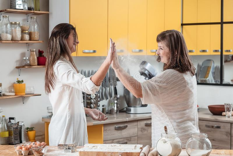 Laga mat för bakelse för kök för familjteamworkfritid arkivbilder