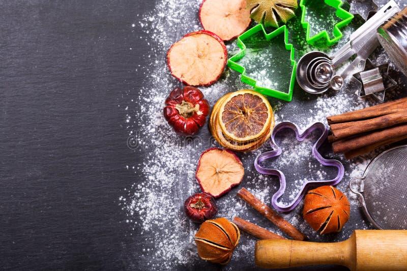 Laga mat för jul: köksgeråd och torkade frukter fotografering för bildbyråer