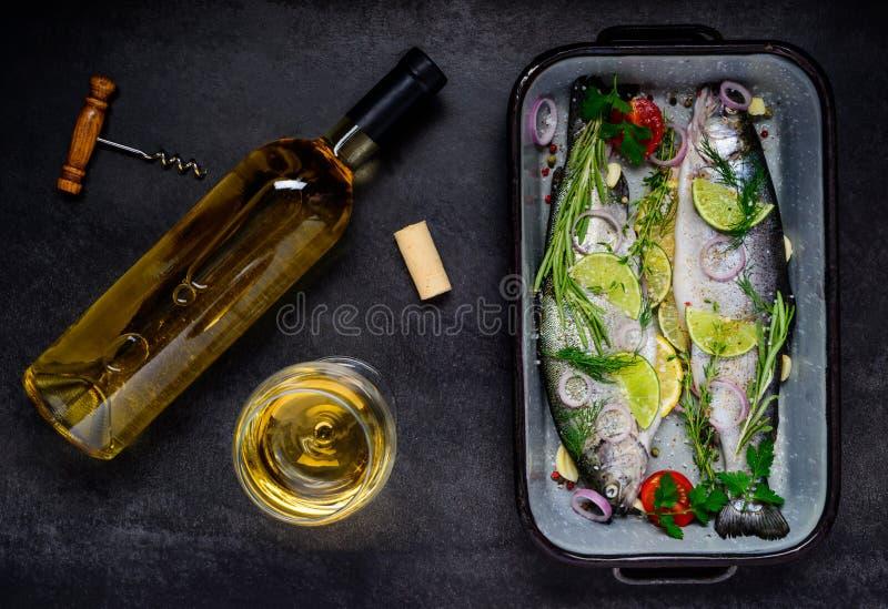 Laga mat fisken med vitt vin arkivbilder