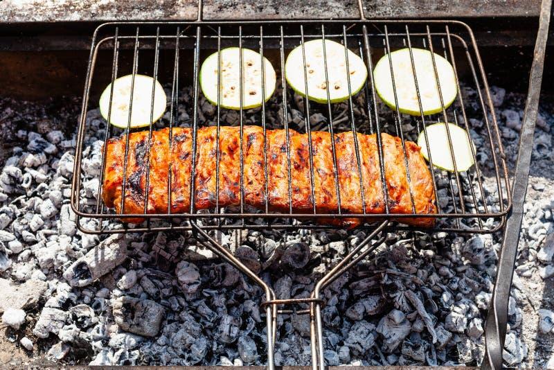 Laga mat grisköttstöd med den skivade zucchinin i galler arkivbild