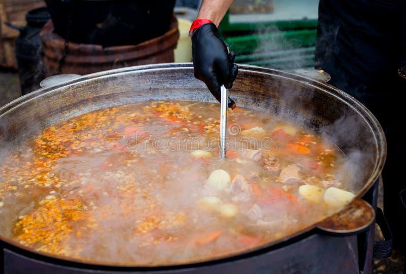 Laga mat i orientalisk disk för en stor kittel - stort grönsaker och kött för soppasoppa arkivfoto