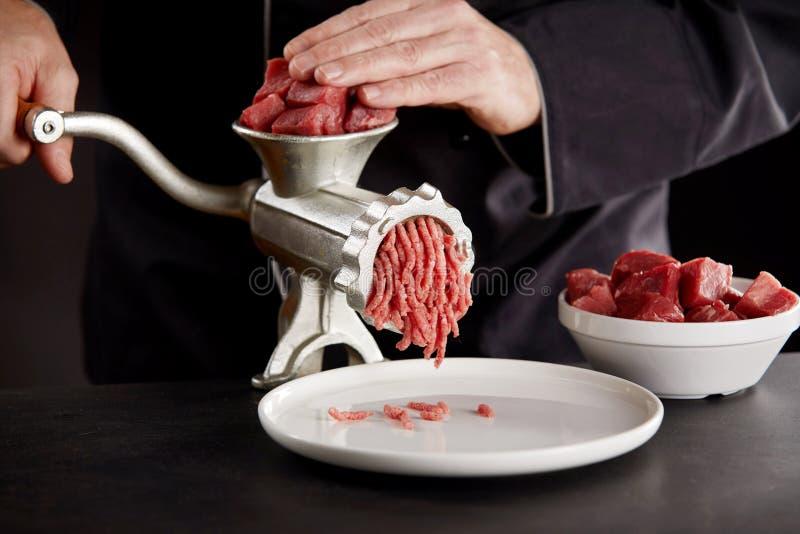 Laga mat i svart enhetligt finhacka k?tt med molar royaltyfria bilder