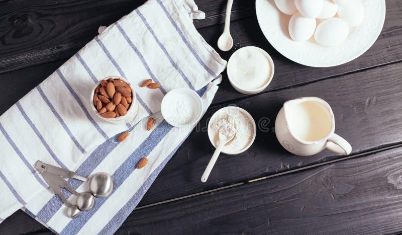 Laga mat kakan med mandeln arkivfoto