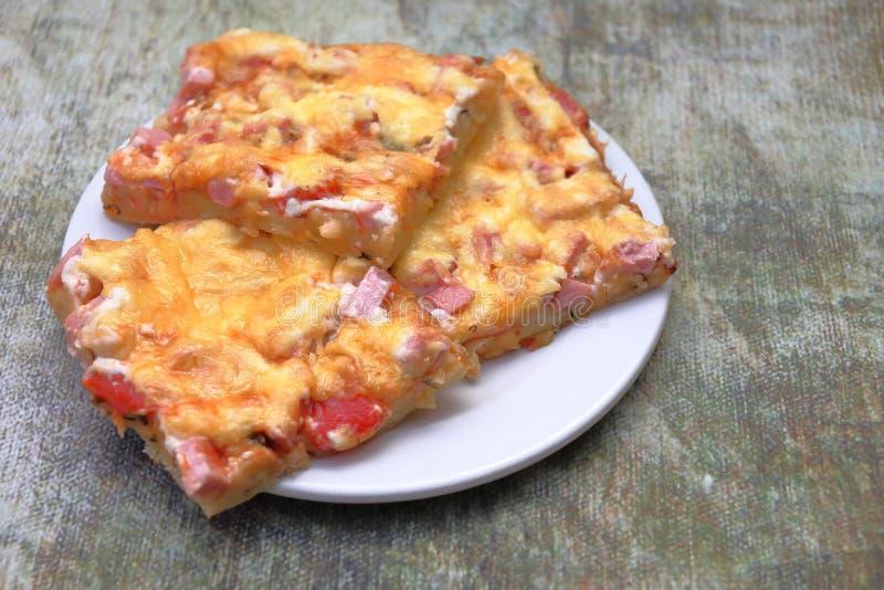 Laga mat läcker pizza med dina egna händer fotografering för bildbyråer