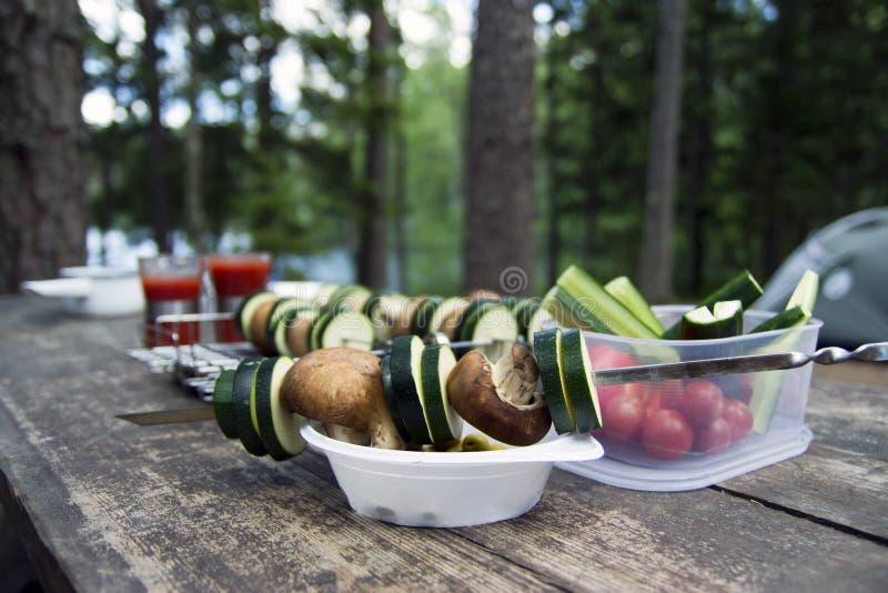 Laga mat läcker strikt vegetarianmat, medan campa arkivbild