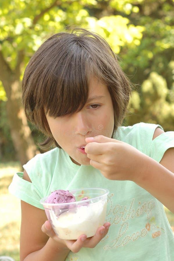 laga mat med grädde att äta flickais royaltyfria bilder
