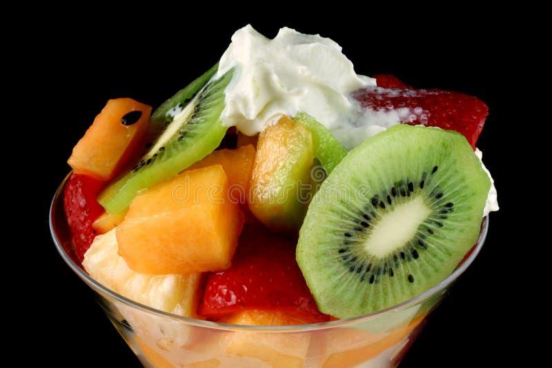 laga mat med grädde fruktsallad royaltyfri fotografi