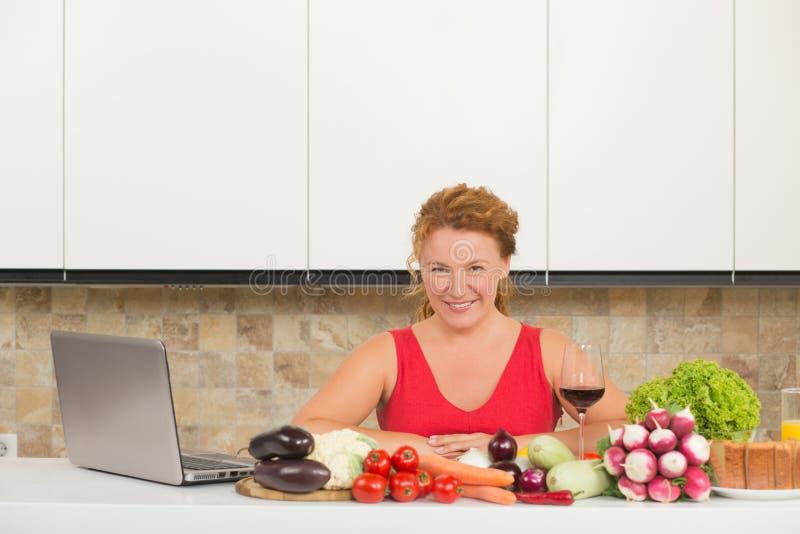 laga mat mogen kvinna arkivfoton