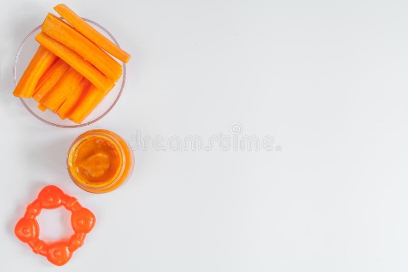 Laga mat mosade morötter för behandla som ett barn på bästa sikt för vit bakgrund arkivbilder