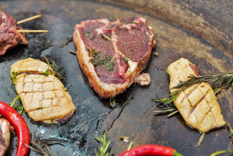 Laga mat nötköttbiff på stöd-i ben- och andbröstcloseupen arkivbild
