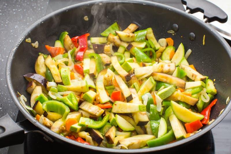 Laga mat olika veggies i stekpanna royaltyfria bilder