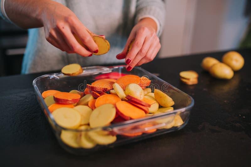 Laga mat potatisar och s?tpotatisar arkivfoto