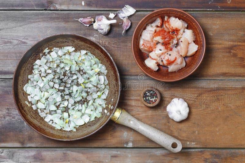 Laga mat rått kött, kryddor, stekhett kött, kalkon, höna Överkant v royaltyfria bilder