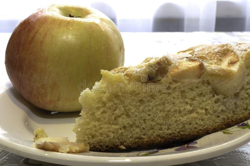 Laga mat sockerkakan med äpplen, Charlotte royaltyfri fotografi