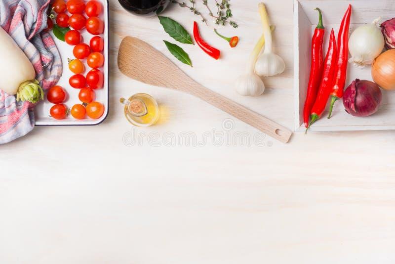 laga mat som är kryddigt Olika kryddor, olivolja, chili, lök, vitlök och lagerbladar med matlagningskeden på vit träbakgrund, bäs royaltyfria bilder
