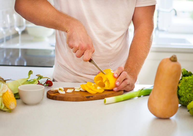 laga mat stilig man royaltyfria bilder