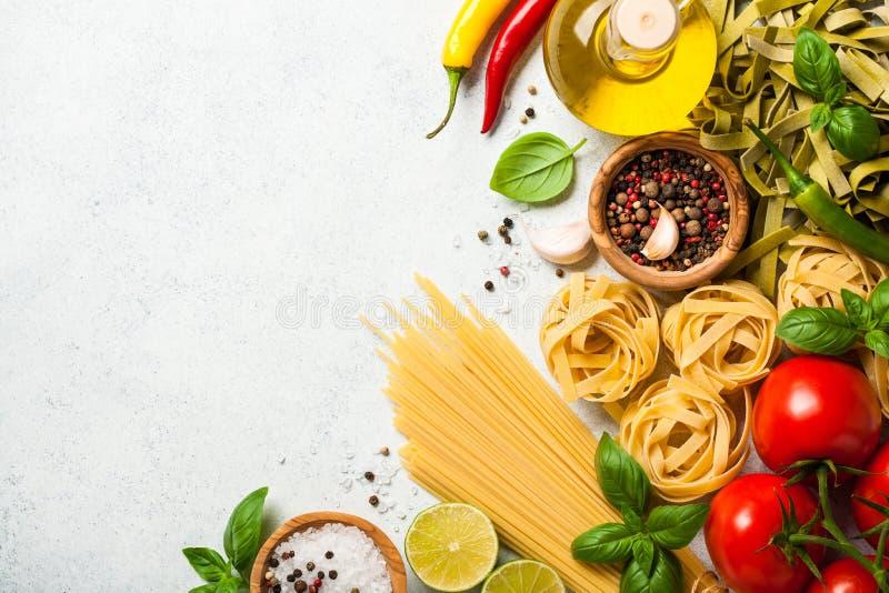 Laga mat tabellen med ingredienser Italienskt kokkonstbegrepp arkivbild