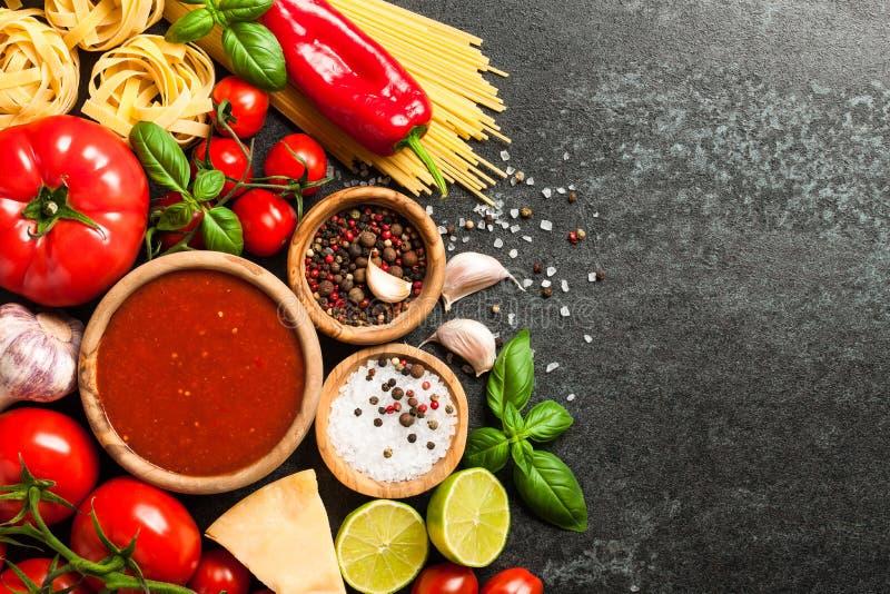 Laga mat tabellen med ingredienser Italienskt kokkonstbegrepp arkivbilder
