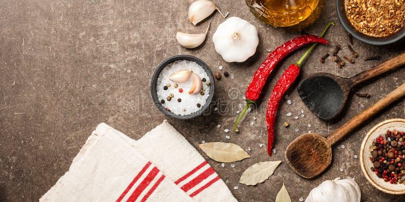 Laga mat tabellen med kryddor arkivbilder