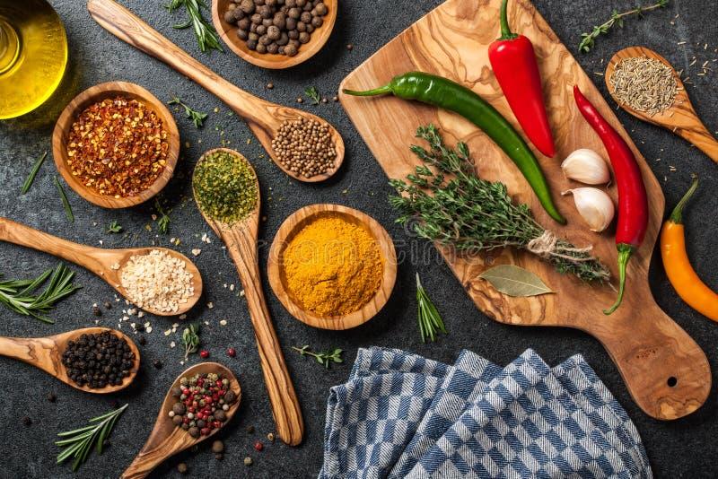 Laga mat tabellen med kryddor och örter arkivfoto
