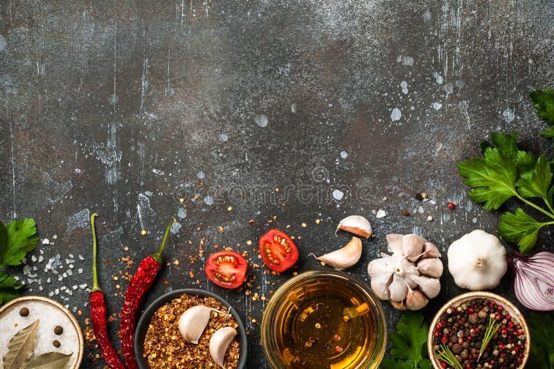 Laga mat tabellen med kryddor och ?rter royaltyfria foton