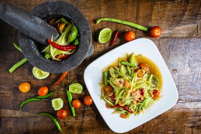 Laga mat thailändsk mat, papayasallad och papayasallad i en maträtt med en portion på en trätabell arkivfoton