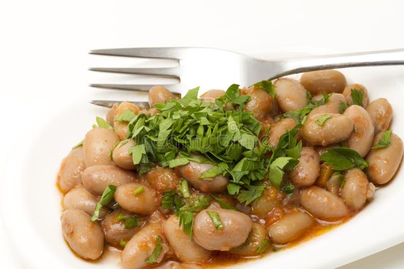 Lagad mat bruna på den vita plattan med gaffeln arkivfoton