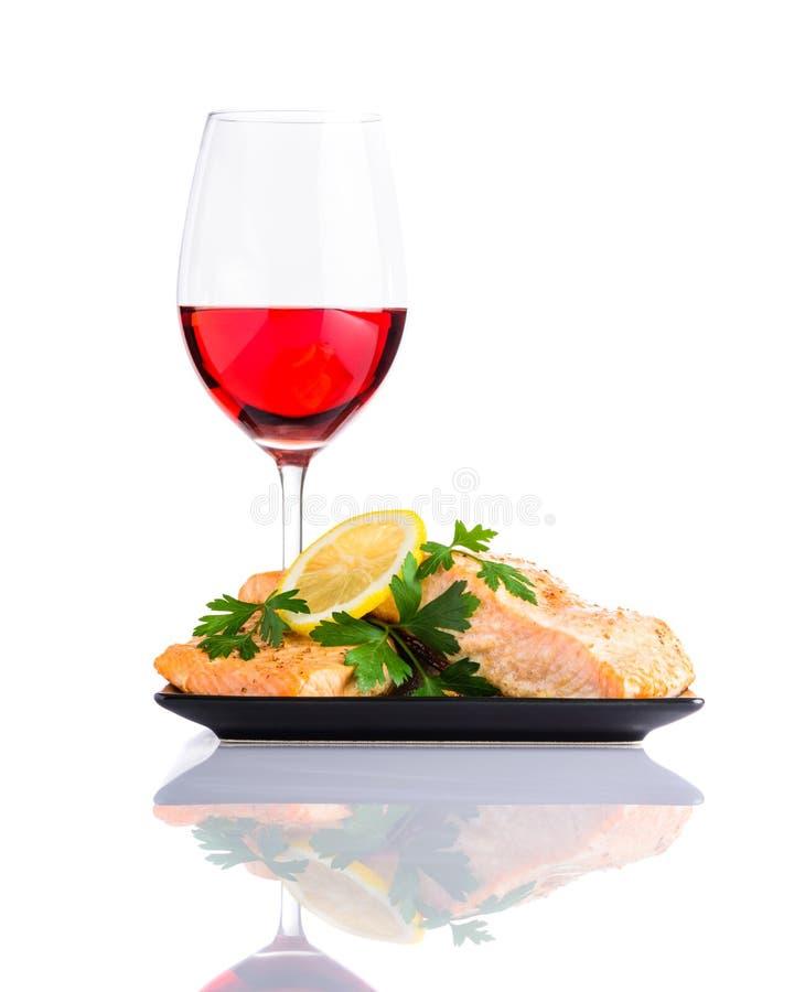 Lagad mat fisk med Glass Rose Wine på vit bakgrund royaltyfria bilder