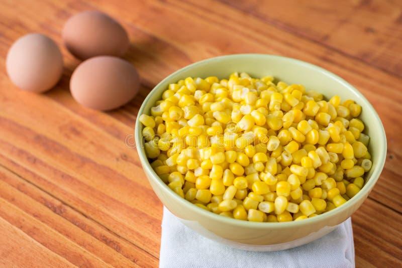 Lagad mat havre i bunken på tabellen med kokta ägg i bakgrunden royaltyfri bild