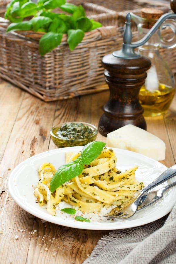 Lagad mat hemlagad pasta med pesto och basilika royaltyfria bilder