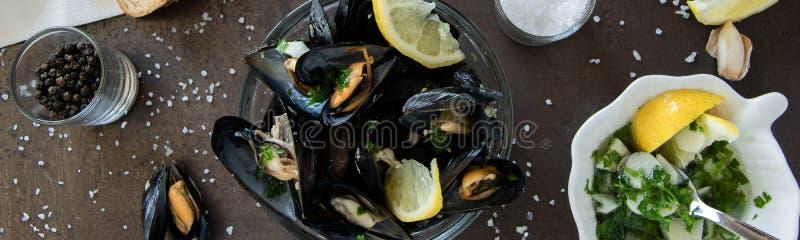 Lagad mat läcker svart mussla med rostat bröd och smaklig sås Sunt ätabegrepp, proteinmat fotografering för bildbyråer