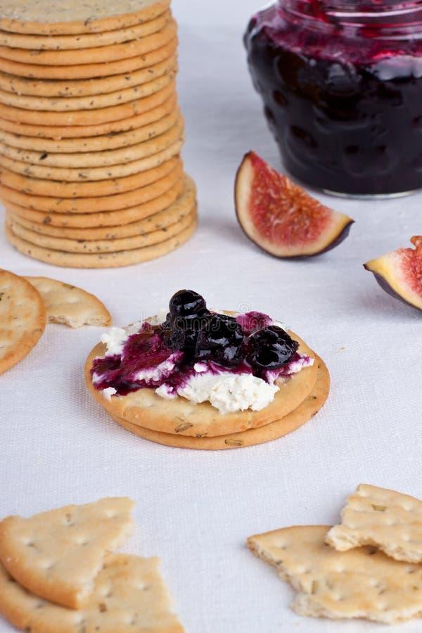 Lagad mat med grädde smällare fotografering för bildbyråer