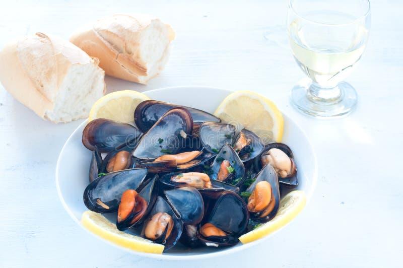Lagad mat musslamarinara med tomaten, vitlök och olivolja arkivfoton
