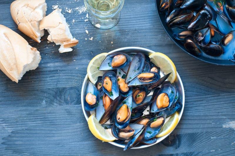 Lagad mat musslamarinara med tomaten, vitlök och olivolja royaltyfria foton